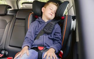 ¿A tu hijo se le cae la cabeza hacia delante cuando viaja en coche?