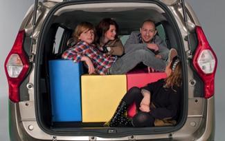 La familia numerosa en el automóvil