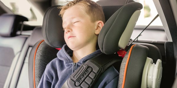 niño durmiendo sobre elevador Römer Kidfix XP SICT
